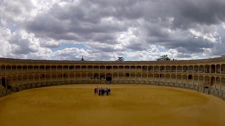 býci :  The Plaza de toros de Ronda, the oldest bullfighting ring in Spain. It was built in 1784 in the Neoclassical style by the architect José Martin de Aldehuela, The arena has a diameter of 66 metres, surrounded by a passage formed by two stone rings
