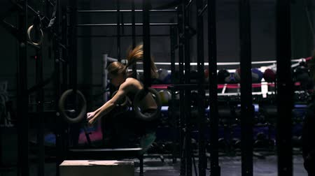 подготовке : Young strong woman with perfect fitness body in sportswear doing set of box jumps at the gym. Girl jumping into wooden boxes in a training. Стоковые видеозаписи