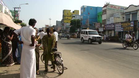 rowerek : Light traffic in a Hyderabad market. Bicycles, pedestrians and motor traffic travel through a small neighborhood market in the city