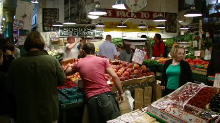 Venta peachs en el mercado de Pike Place en Seattle Archivo de Video