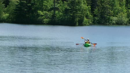 Kayaks regresar a la costa de Long Pond, Archivo de Video