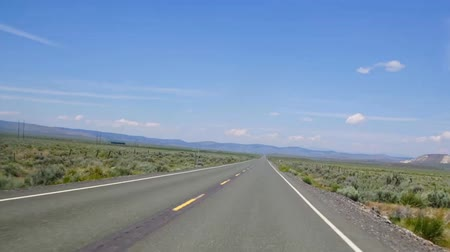 BURNS, OREGON - 22 DE JUNIO DE 2018 - Timelapse del tráfico en el desierto alto del este de Oregon en la carretera SR20 entre Bend y Burns Oregon