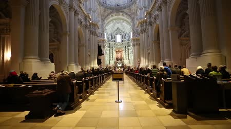 церковь : Munich, Germany - January 03, 2016: Religious people during the morning pray at the Theatine Church of St. Cajetan, is a Catholic church in Munich, southern Germany Стоковые видеозаписи
