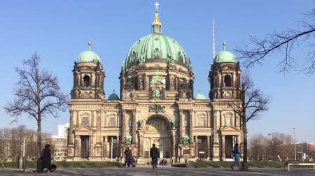 dom : BERLIN, GERMANY - FEBRUARY 8, 2018: Tourists At Berliner Dom, Berlin Cathedral, On Museum Island In Berlin, Germany Stock Footage