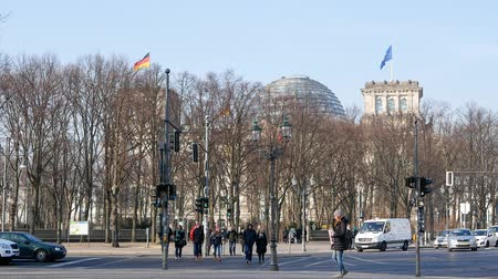 bundestag : BERLIN, GERMANY - MARCH 4, 2018: Tourists At Traffic Lights With Reichstag Building In Background In Berlin, Germany
