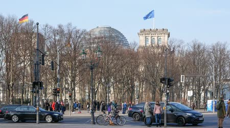 немецкий : BERLIN, GERMANY - MARCH 26, 2018: Traffic Near Brandenburg Gate With Reichstag Parliament Building In Background Стоковые видеозаписи
