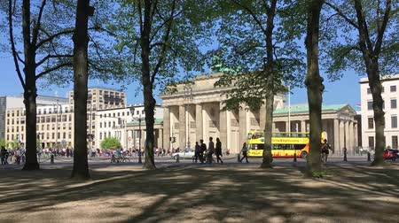 tor : BERLIN, GERMANY - APRIL 21, 2018: Pan Shot Time Lapse: Tourists And Traffic At Brandenburger Tor, Brandenburg Gate, In Berlin, Germany Stock Footage