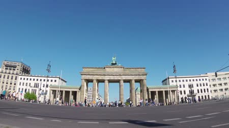 tor : BERLIN, GERMANY - APRIL 21, 2018: Fish-Eye Zoom: Tourists And Traffic At Brandenburger Tor, Brandenburg Gate, In Berlin, Germany