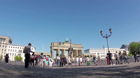 немецкий : BERLIN, GERMANY - APRIL 21, 2018: Fish-Eye Zoom: Tourists And Traffic At Brandenburger Tor, Brandenburg Gate, In Berlin, Germany