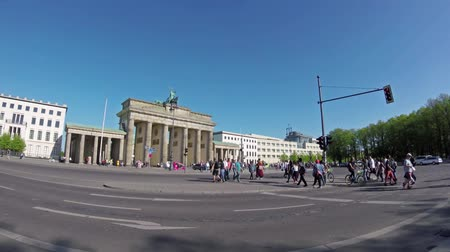 tor : BERLIN, GERMANY - APRIL 21, 2018: Fish-Eye: Tourists And Traffic At Brandenburger Tor, Brandenburg Gate, In Berlin, Germany Stock Footage