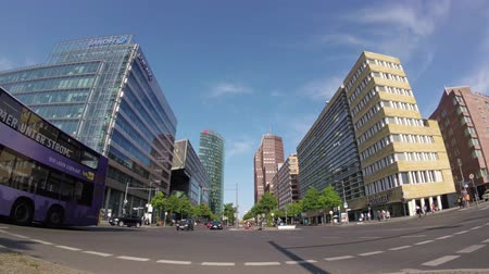 germania : BERLINO, GERMANIA - 19 MAGGIO 201: Fish-Eye: traffico vicino a Potsdamer Platz a Berlino, in Germania, Grattacieli sullo sfondo Filmati Stock
