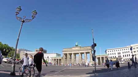 tor : BERLIN, GERMANY - MAY 20, 2018: Fish-Eye Time Lapse: Tourists And Traffic At Brandenburger Tor, Brandenburg Gate, In Berlin, Germany