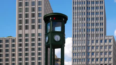 duits : Pan Shot: The Clock At Famous Potsdamer Platz In Berlijn, Duitsland Stockvideo