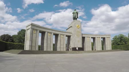 comemoração : BERLIN, GERMANY - JULY 26, 2018: Soviet War Memorial in Berlin-Tiergarten In Summer