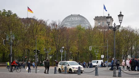 bundestag : BERLIN, GERMANY - OCTOBER 26, 2018: Tourists And Traffic Near German Reichstag Building In Berlin, Germany