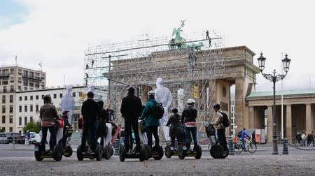 nublado : BERLIN, GERMANY - SEPTEMBER 22, 2018: Tourists On Segway Personal Transporters At Brandenburger Tor In Berlin, Germany