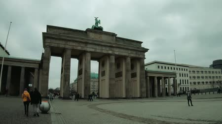 tor : BERLIN, GERMANY - FEBRUARY 15, 2019: Time Lapse Walk To Brandenburger Tor, Brandenburg Gate In Berlin, Germany In Winter Stock Footage