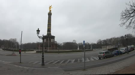 passerby : BERLIN, GERMANY - FEBRUARY 13, 2019: Time Lapse: Traffic At The Victory Column In Berlin, Germany In Winter