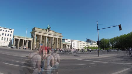 busz : BERLIN, GERMANY - APRIL 21, 2018: Fish-Eye Time Lapse: Tourists And Traffic At Brandenburger Tor, Brandenburg Gate, In Berlin, Germany