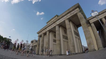 passerby : BERLIN, GERMANY - MAY 20, 2018: Fish-Eye Time Lapse of Tourists At Brandenburger Tor, Brandenburg Gate, In Berlin, Germany Stock Footage