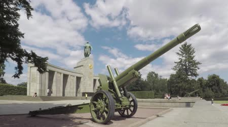 tüzérség : BERLIN, GERMANY - JULY 26, 2018: Red Army ML-20 Gun-howitzer Artillery Piece At The Soviet War Memorial in Berlin-Tiergarten In Summer Stock mozgókép