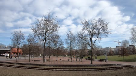 felhős : BERLIN, GERMANY - FEBRUARY 23, 2019: Time Lapse At Public Gleisdreieck Park In Berlin, Germany
