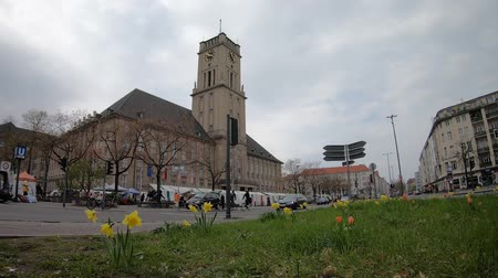 városháza : BERLIN, GERMANY - APRIL 13, 2019: Timelapse: Traffic And Market At Rathaus Schoneberg, City Hall For The Borough of Tempelhof-Schoneberg In Berlin, Germany