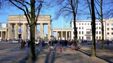 tor : BERLIN, GERMANY - APRIL 15, 2019: Tourists And Traffic At Brandenburger Tor, Brandenburg Gate, In Berlin, Germany In Spring