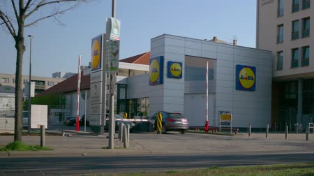 binnenstad : BERLIN, GERMANY - APRIL 18, 2019: Time Lapse: People And Traffic At Lidl Discount Supermarket In Berlin, Germany In Spring Stockvideo