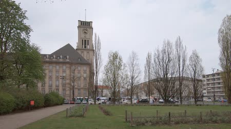 rathaus : BERLIN, GERMANY - APRIL 13, 2019: Traffic And Market At Rathaus Schoneberg, City Hall For The Borough of Tempelhof-Schoneberg In Berlin, Germany Stock Footage