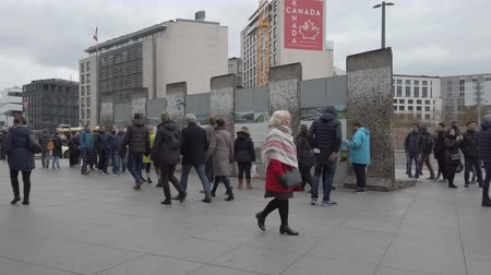 ostatky : BERLIN, GERMANY - MARCH 2, 2019: Tourists At Berlin Wall Remains, Exhibition At Potsdamer Platz In Berlin, Germany Dostupné videozáznamy