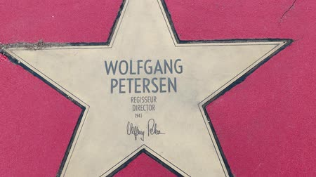 un : BERLIN, GERMANY - MAY 4, 2019: Star of Director Wolfgang Petersen At Boulevard der Stars, Walk of Fame In Berlin, Germany, Zoom Out Stok Video