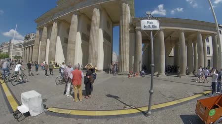 бульвар : BERLIN, GERMANY - JUNE 1, 2019: Time Lapse Walk To Brandenburger Tor, Brandenburg Gate In Berlin, Germany In Summer Стоковые видеозаписи