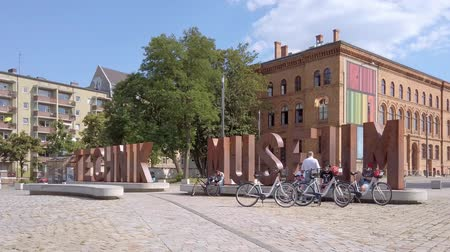junho : BERLIN, GERMANY - JUNE 23, 2019: Letters In Front of Deutsches Technikmuseum, German Museum of Technology, In Berlin In Summer Vídeos