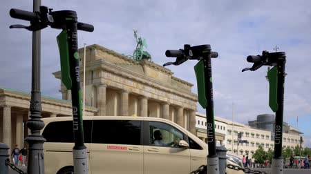 calcário : BERLIN, GERMANY - JULY 8, 2019: Motorized Electric Scooters At Brandenburg Gate In Berlin, Germany In Summer