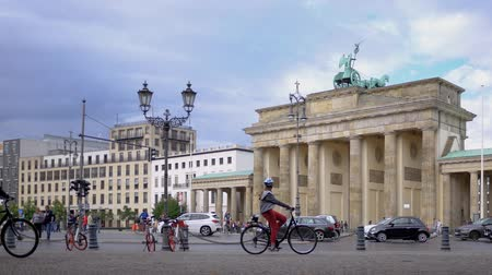 monumentální : BERLIN, GERMANY - JULY 8, 2019: Cyclists Riding Bicycles At Brandenburg Gate In Berlin, Germany In Summer