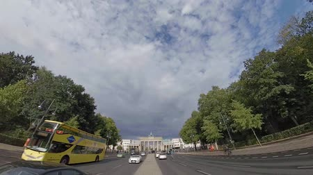 monumentális : BERLIN, GERMANY - JULY 9, 2019: Fish-Eye Timelapse Walk To Brandenburg Gate In Berlin, Germany In Summer