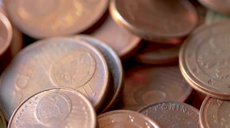 usado : Close-up of A Rotating Heap of Dusty And Dirty Bronze Euro Coins, Selected Focus Stock Footage