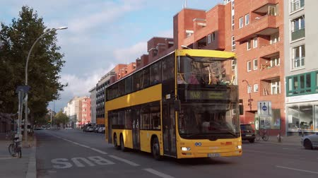 аллея : BERLIN, GERMANY - OCTOBER 3, 2019: Slow Motion of A Yellow BVG Bus In Berlin, Germany In Autumn