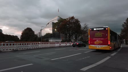 busz : BERLIN, GERMANY - OCTOBER 3, 2019: Slow Motion of A Yellow BVG Bus In Front of Konrad-Adenauer-Haus, CDU Federal Office, In Berlin, Germany In The Evening