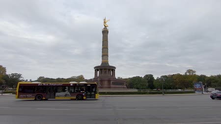 BERLIN, GERMANY - OCTOBER 11, 2019: Slow Motion of A Yellow BVG Bus At The Victory Column In Berlin, Germany In Autumn Stockvideo