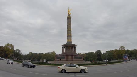 fish eye : BERLIN, GERMANY - OCTOBER 11, 2019: Traffic At The Victory Column In Berlin, Germany In Autumn Stock Footage