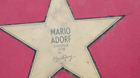 un : BERLIN, GERMANY - MAY 4, 2019: Star of Mario Adorf At Boulevard der Stars, Walk of Fame In Berlin, Germany, Zoom Out Stok Video
