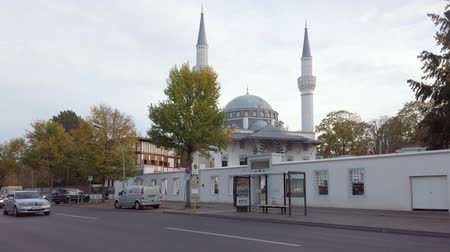 BERLIN, GERMANY - OCTOBER 21, 2019: Slow Motion of Traffic In Front of Beautiful Sehitlik Mosque In Berlin, Germany In Autumn Stockvideo
