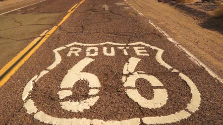 trace : Rural Route 66 Twee Lane Historic Highway Cracked Asphalt Stockvideo