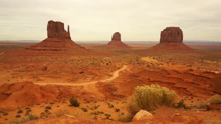 wanten : Auto Travels Via Monument Valley Navajo Nation Tribal Park Stockvideo