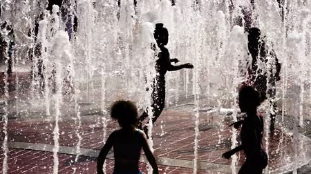 salti : Bambini Gioca Jets Acqua Urbana Downtown City Fontana Estate Sud