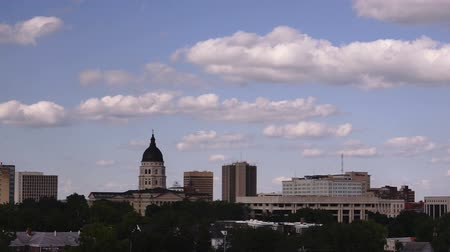 капитал : Topeka Kansas Capital Building Grounds Downtown City Skyline Clouds Passing Стоковые видеозаписи