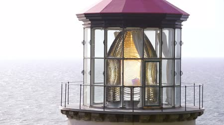 щит : Heceta Lighthouse Rotates Main Fresnel Lens Housing Oregon Coastal Marine Стоковые видеозаписи
