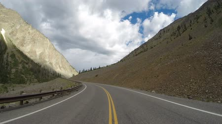 wspinaczka górska : Driving on Two Lane Road Yellowstone National Park Wideo
